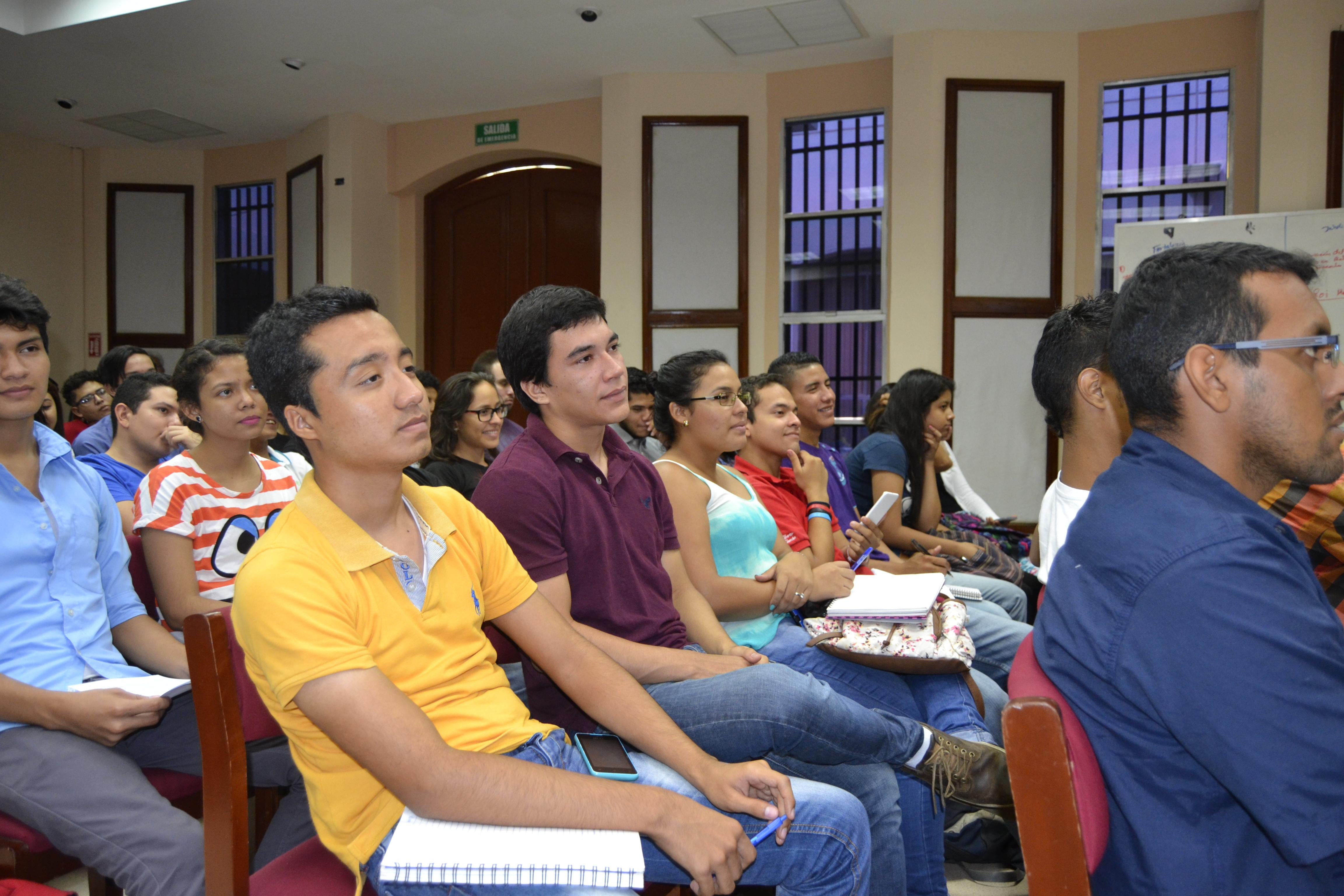 Jóvenes atentos a la ponencia a cargo de María Teresa Blandón.