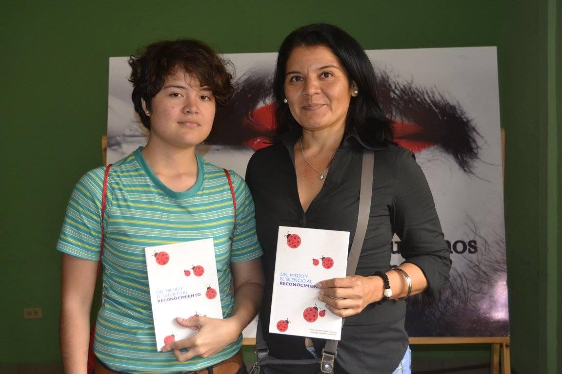 Una de las madres que nos acompañó en el lanzamiento del estudio junto a su hijo.