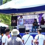 Gaby Baca cantando al final de la marcha